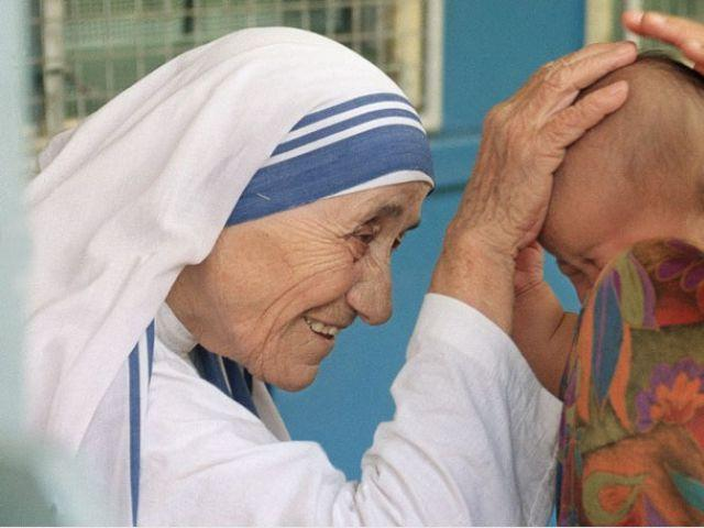Mother_Teresa_and_child_blessing